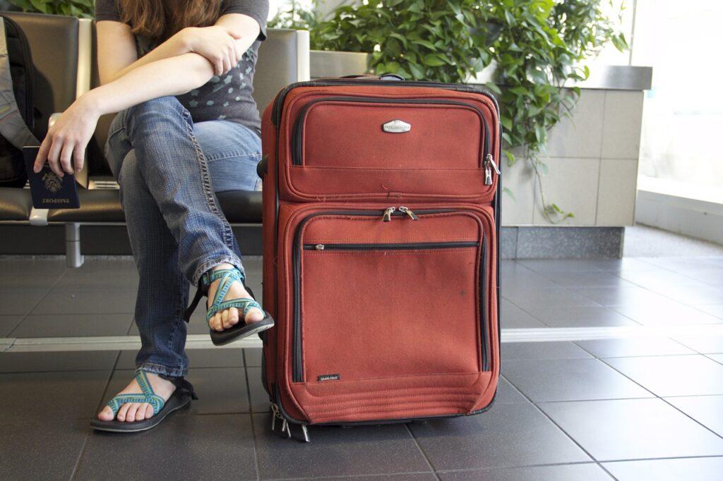Resväska och en person på väg att ge sig ut i världen