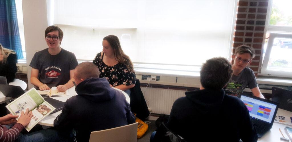 Unga som gör ett EU-rollspel på Nova Academy i Simrishamn tillsammans med Europa Direkt Sydskåne
