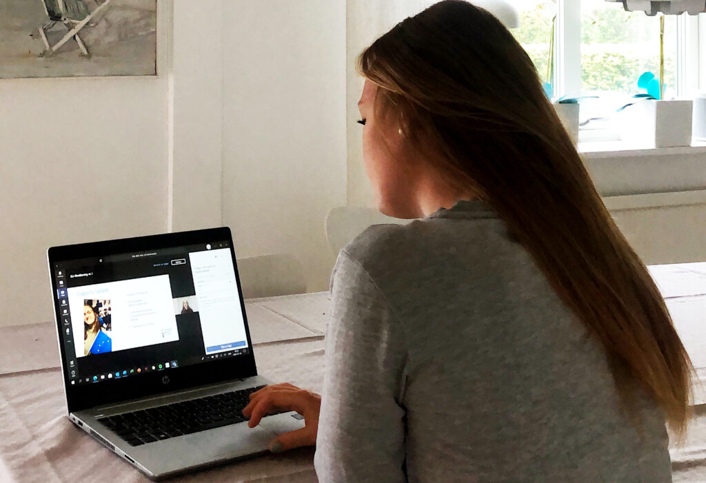 Bild på student som tittar på en onlinekurs