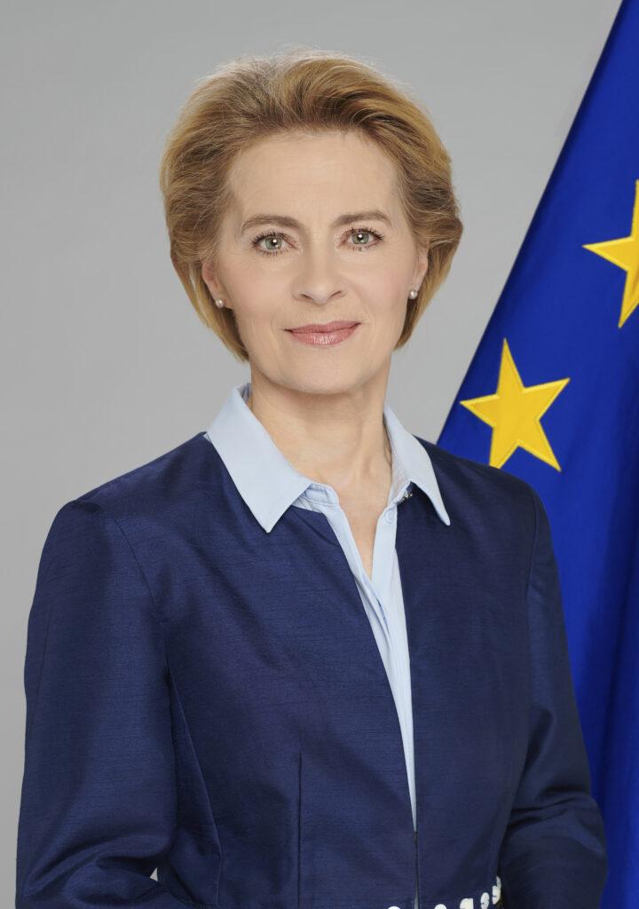 Ursula von der Leyens framför en EU-flagga