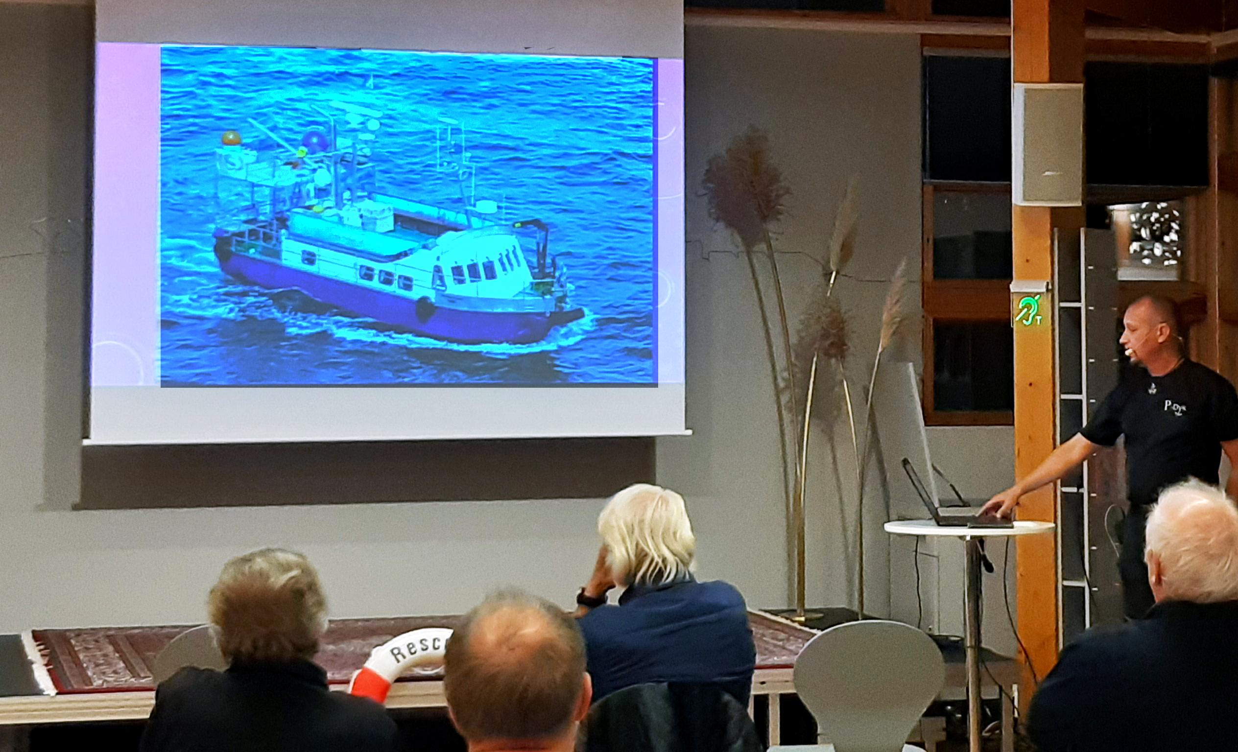 Bild när Patrik föreläser och visar en PPT med bild på en båt
