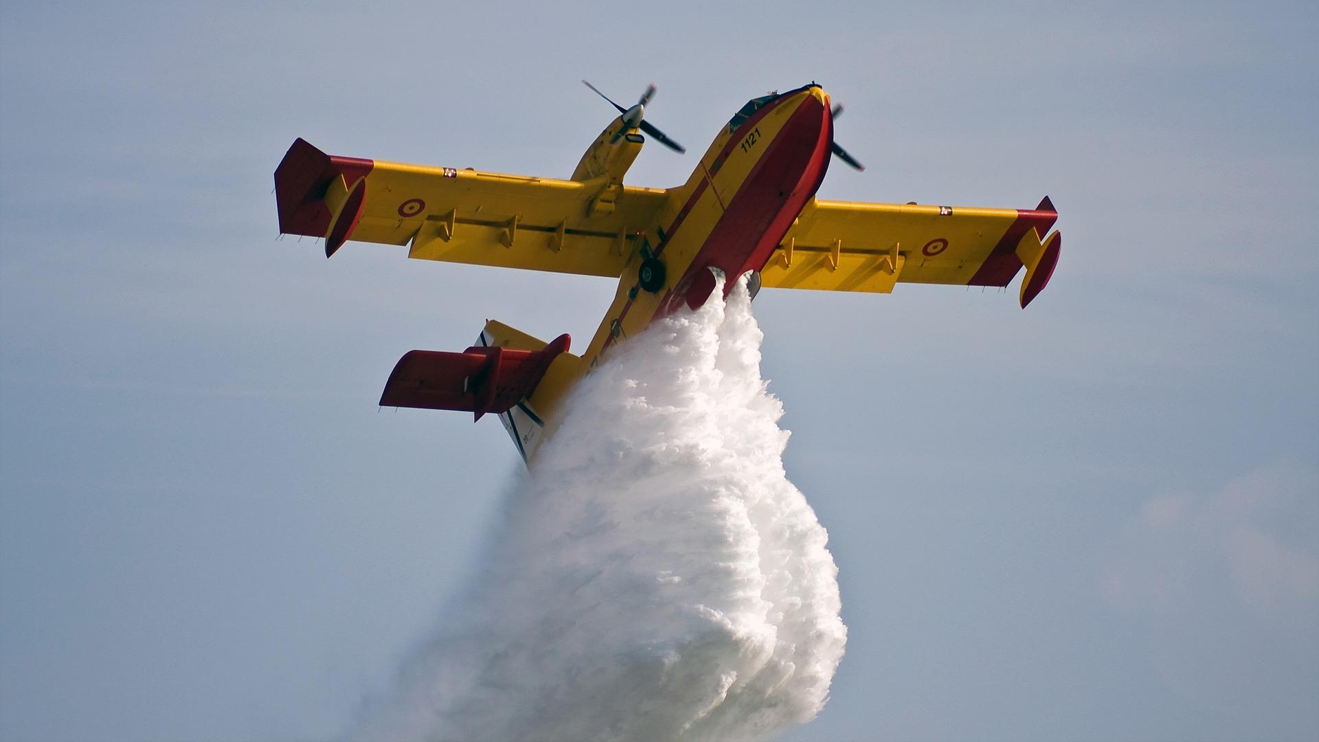 Flygplan i släckningsarbete